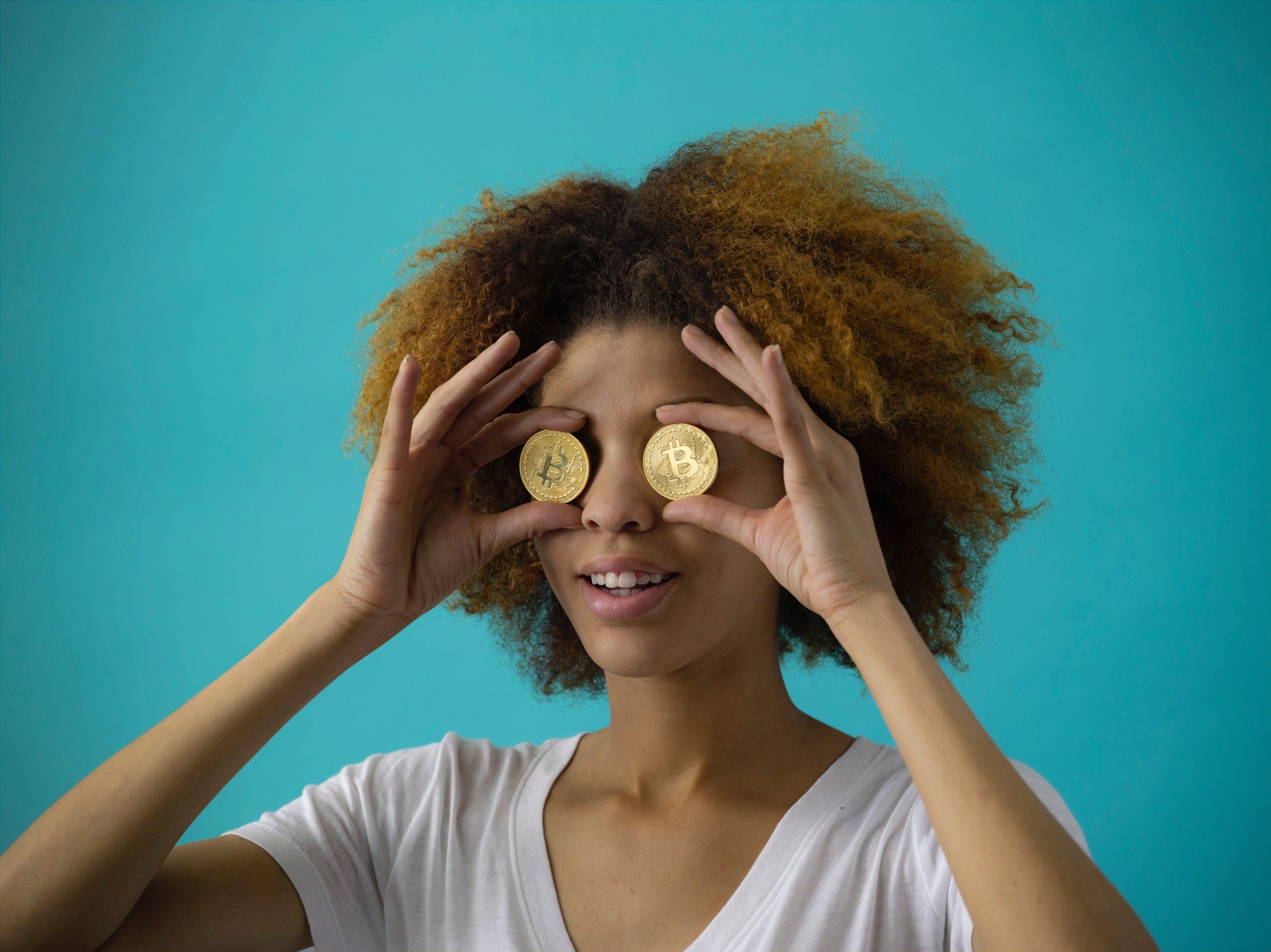 女性が硬貨を目にあてている