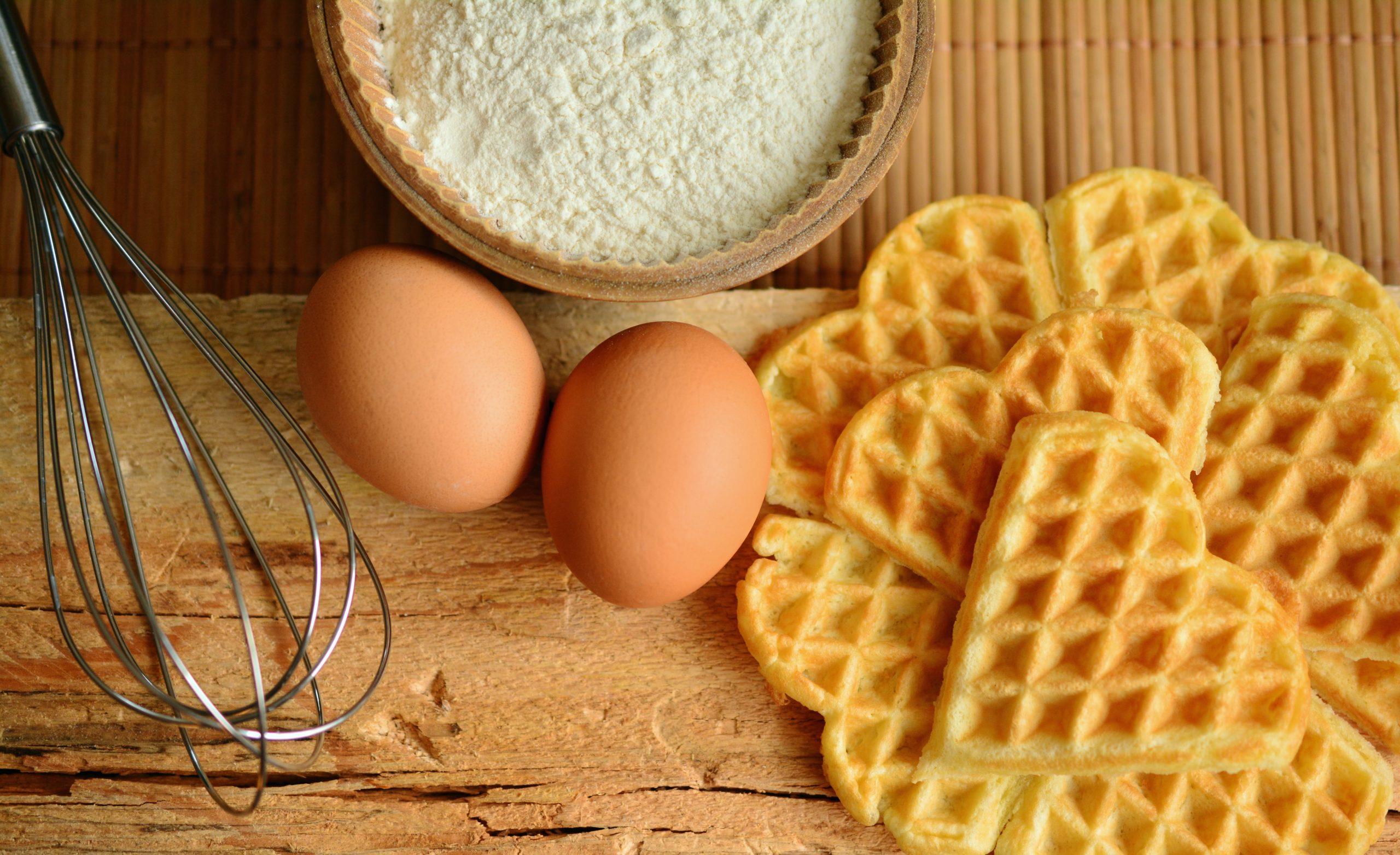 ワッフルと生卵がテーブルに置いてある