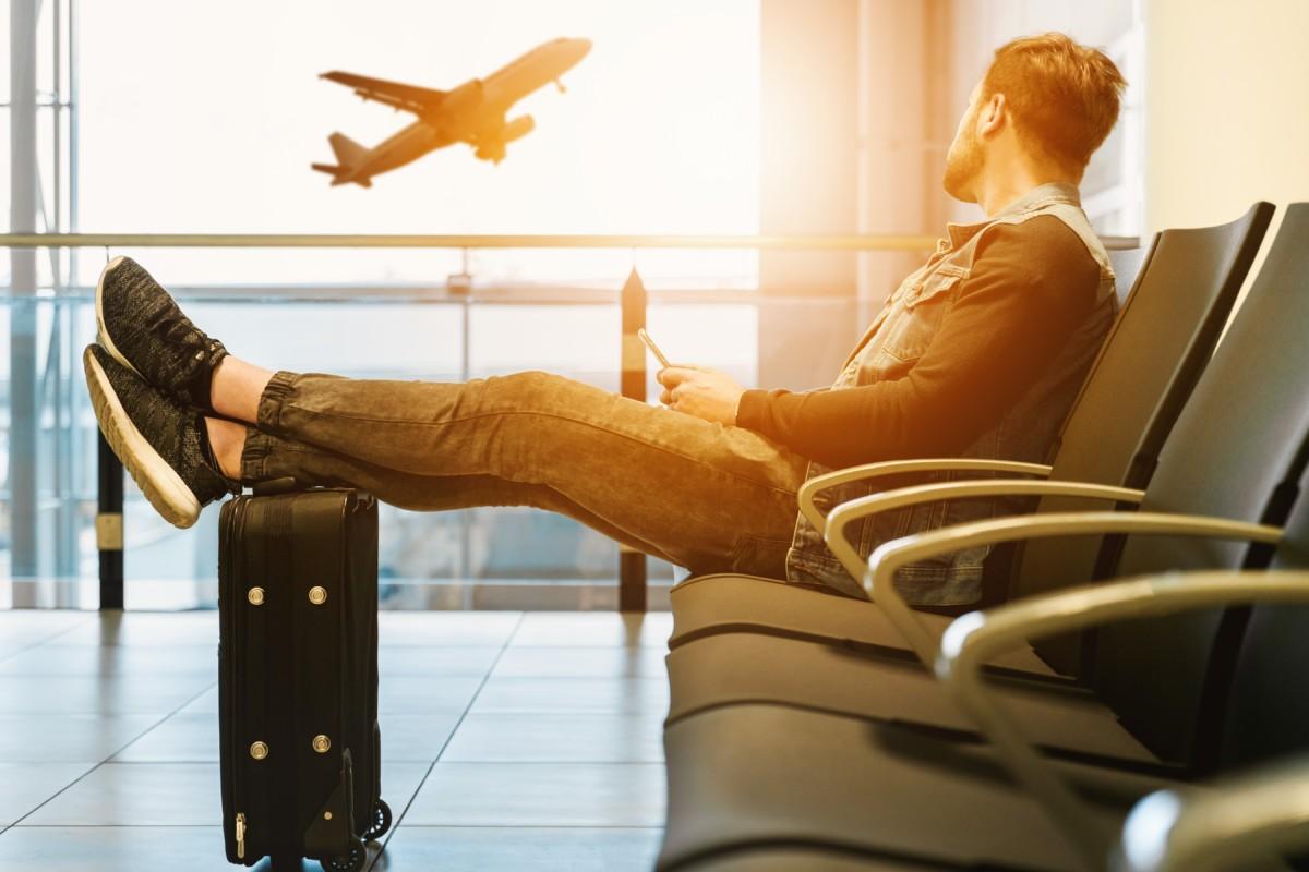 空港で男性が飛行機を見ている