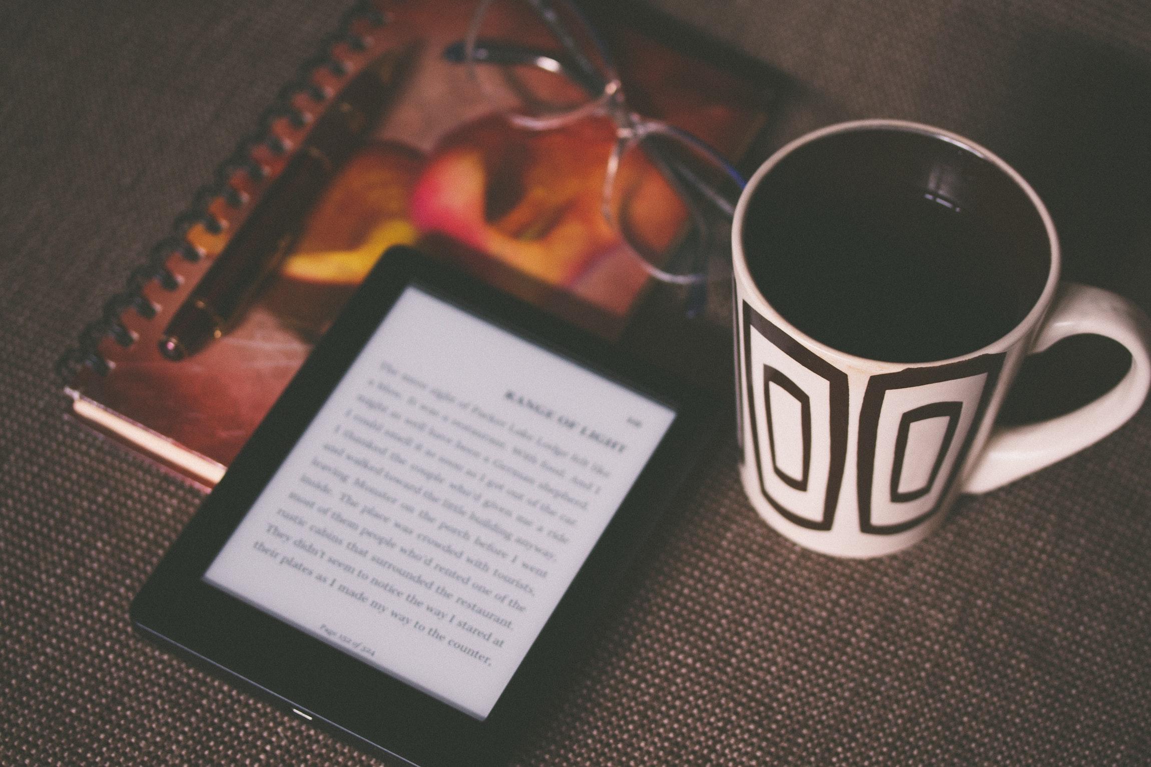 コーヒーの脇にKindleが置いてある画像