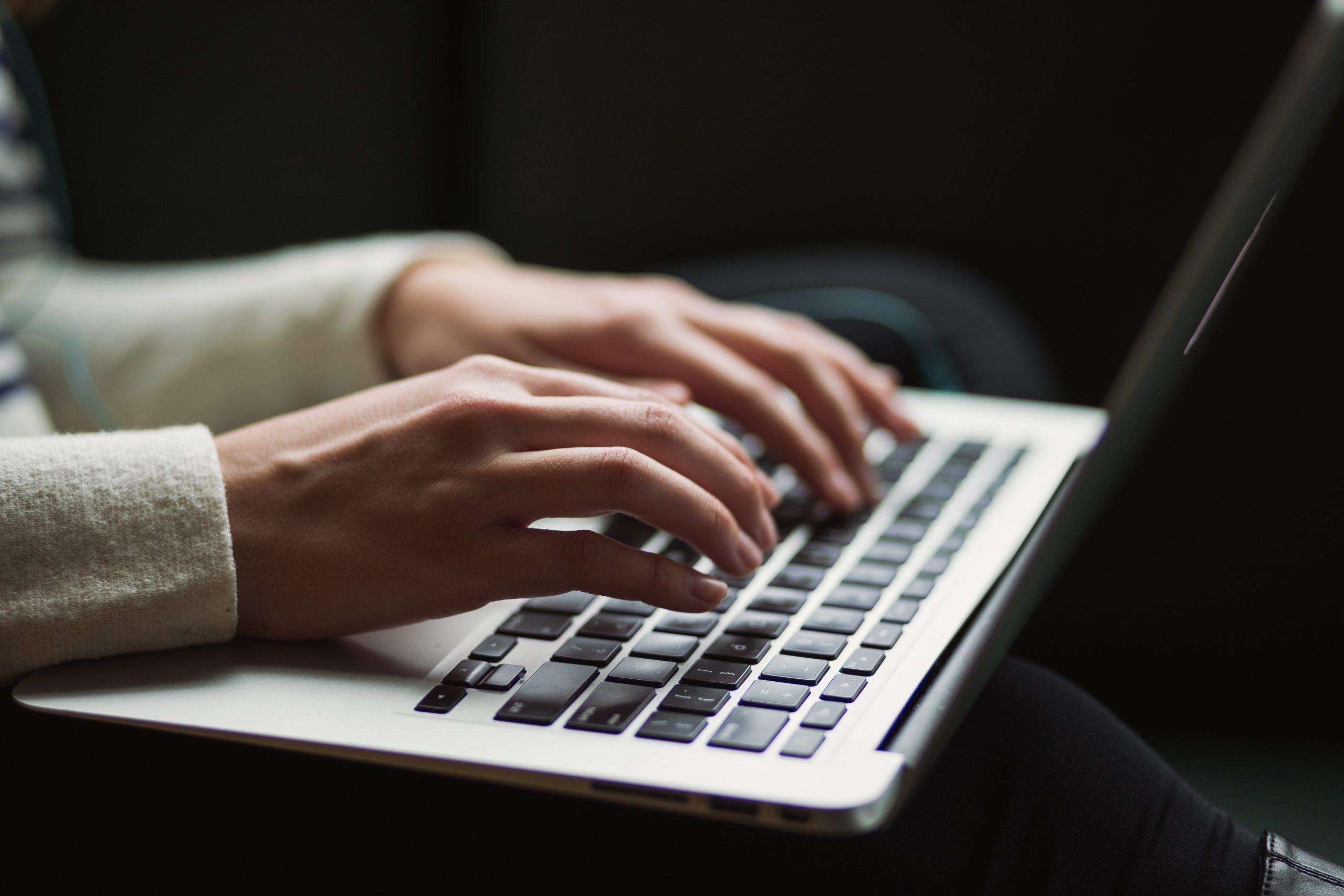 パソコンを打つ指の画像
