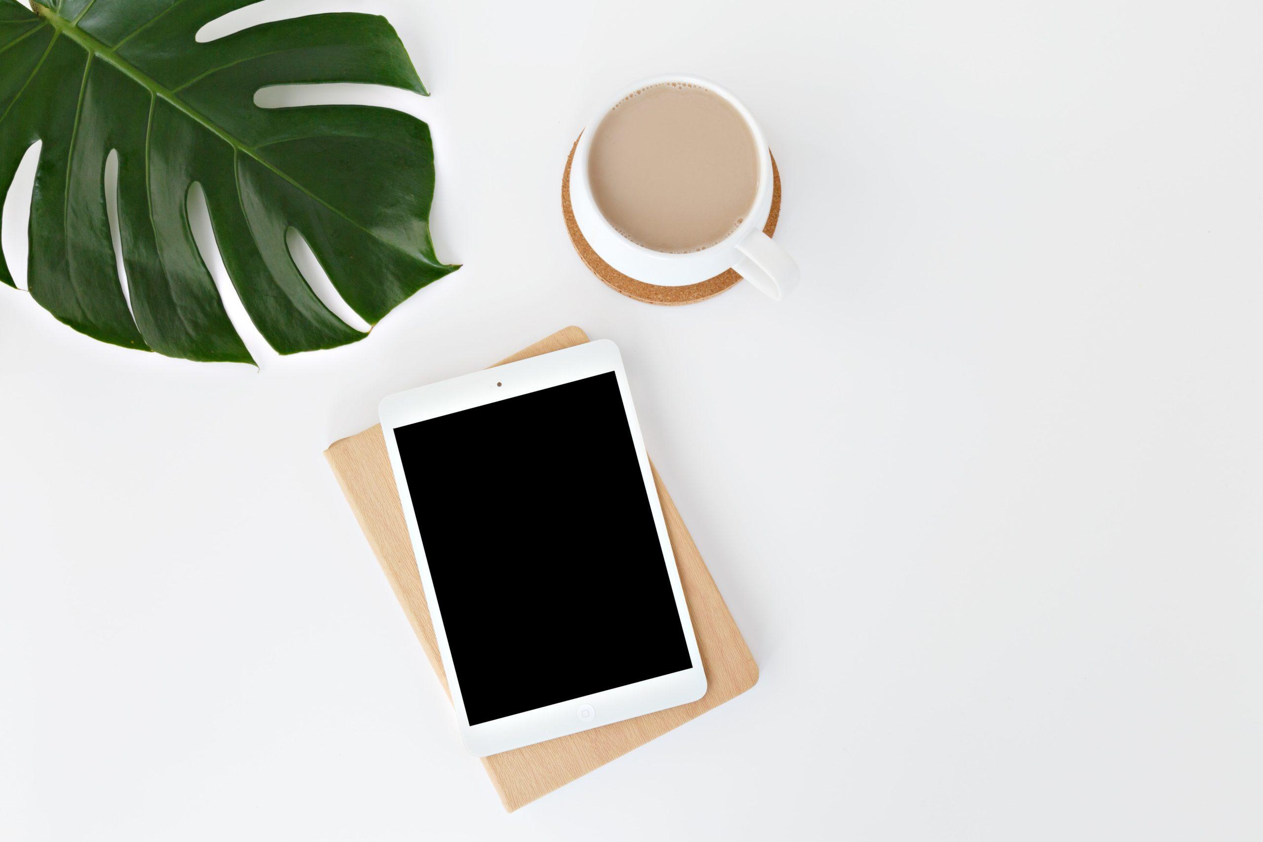 画面中央にiPadとコーヒーが置いてある画像